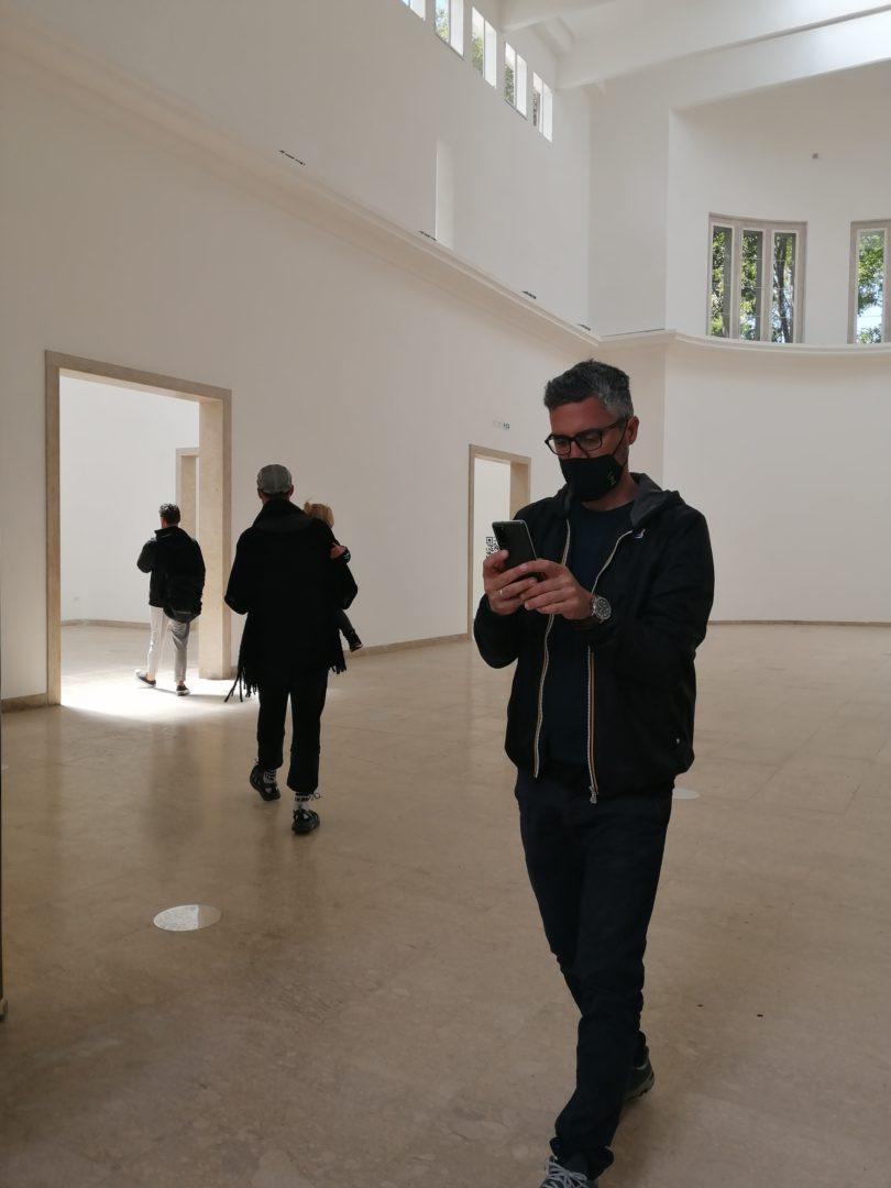 Passend zur Krise präsentiert sich der Deutsche Pavillon leer. Die vielfältigen Inhalte des Beitrags lassen sich stattdessen mit dem Handy aus der Cloud herunterladen. © Petra Schaefer