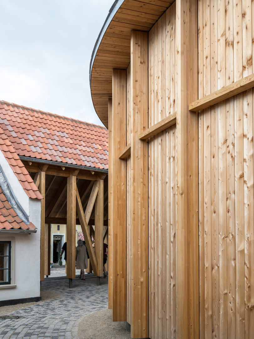 Architekt Kengo Kuma hat sich bei seinem Holzgebäude von den Fachwerkhäusern der unmittelbaren Umgebung inspirieren lassen. © H.C. Andersens Hus, Odense Bys Museer, Rasmus Hjortshøj