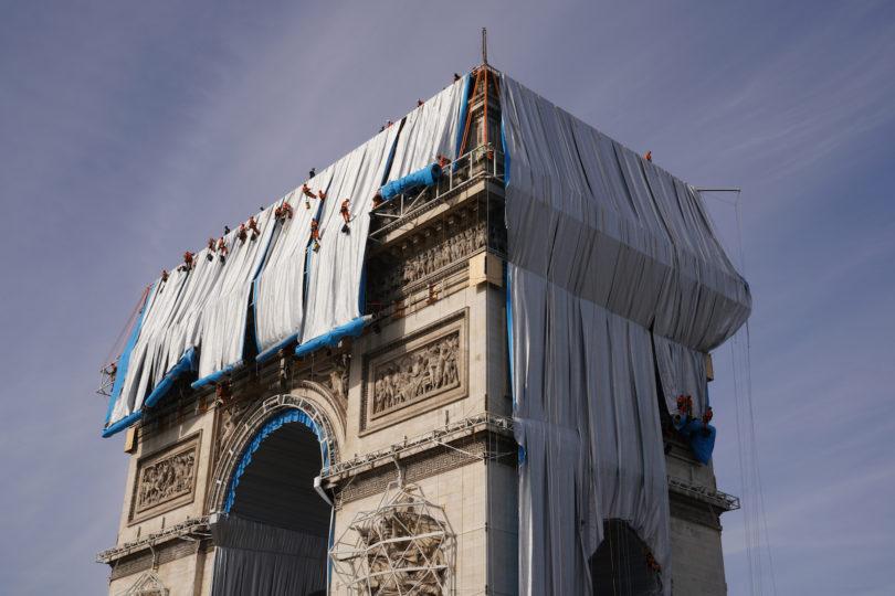Christo und Jeanne Claude Verhüllung Triumphbogen in Paris