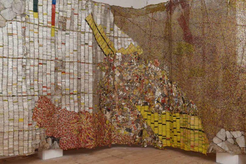 Wandarbeit von El Anatsui bei der Socle du Monde Biennale